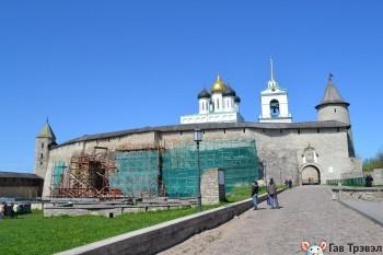 Массивные стены Кремля